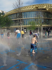 A new fountain to cool the air (pivapao's citylife flavors) Tags: france people paris beaubourg architecture children
