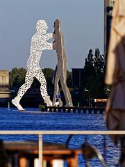 Molecule Man (Pascal Volk) Tags: berlin friedrichshain fhain osthafen berlinfriedrichshainkreuzberg spree river río fluss moleculeman spring frühling primavera canoneos80d canonef70300mmf456lisusm 300mm skulptur sculpture escultura dxophotolab