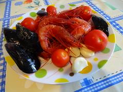 Colori e sapori ... (RoBeRtO!!!) Tags: rdpic food black mussels shrimps tomato garlic cozze gamberi pomodorino pachino aglio cibo macro closeup sonyhx400v