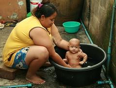 big mama bathing the baby (the foreign photographer - ฝรั่งถ่) Tags: big mama bathing baby rubber tub khlong thanon portraits bangkhen bangkok thailand canon