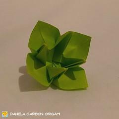 """Origami Challenge 7/365 """"Fiore"""" È interessante scoprire cosa può tornare a galla nella memoria, quando si mescola a fondo nello stagno dei ricordi e si solleva il sedimento. Ogni modello ha una memoria tattile e di movimento, legata alla piegatura in sé, (Nocciola_) Tags: paperart cartapiegata createdandfolded papiroflexia paperfolding originaldesign danielacarboniorigami paper origami"""