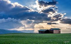 Sibillini - Prati di Ragnolo (Luigi Alesi) Tags: sibillini italia italy marche macerata acquacanina bolognola parco nazionale dei monti national park prati di ragnolo baita del fondo tramonto sunset cielo sky nuvole clouds luce light paesaggio landscape scenery primavera spring nikon d7100 raw tokina 1228