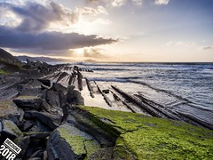 Flysch (dr_cooke) Tags: zumaya seascape sea shore cliff algas verdin rocas rocks sunset clouds