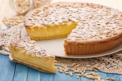 """La Torta della Nonna semplice e veloce, un dolce """"povero"""" ma intramontabile (Cudriec) Tags: cremapasticcera crostata dolce dolci ingredienti mangiare pinoli ricetta ricette tortadellanonna"""