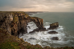 The Green Bridge of Wales - Pembrokeshire (de_frakke) Tags: wales greenbridge pembrokeshire landschap kliffen cliffs kust longexposure