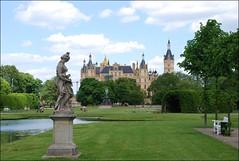 Jardines y Castillo de Schwerin (Alemania, 7-6-2015) (Juanje Orío) Tags: 2015 schwerin alemania germany deutschland palacio palace jardín garden escultura sculpture agua water castillo castle