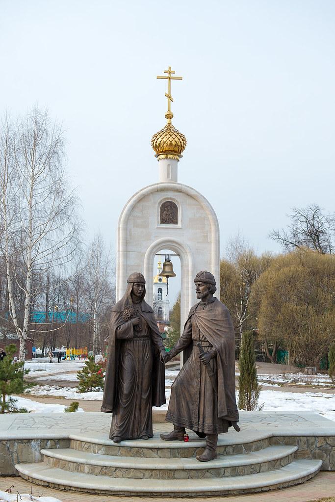 фото: Памятник Петру и Февронии