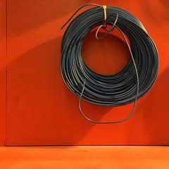 a riposo... (zecaruso) Tags: palermo muro wall rosso red leroymerlin cavo cable iphone6s zecaruso zeca ze ze² zequadro cicciocaruso