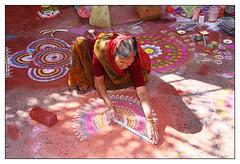 Le Kolam - (diaph76) Tags: inde india extérieur femme woman sari rue street couleurs colors dessin drawing madhyapradesh