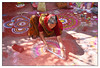 Le Kolam - (diaph76) Tags: inde india extérieur femme woman sari rue street couleurs colors dessin drawing madhyapradesh