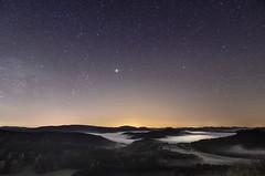Jupiter überm Nebelwald (tankredschmitt) Tags: astronomie jupiter landschaft lichteffekte meteorologie nachtaufnahme natur nebel nightscape planet scorpio sternbilder sterne wald
