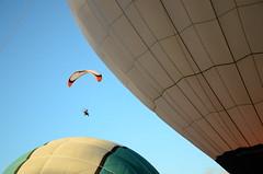 Entre los globos (Manutero) Tags: lujan globos flota aerostatico aerostaticos globo sky cielo azul volando volar fly entrando perspectiva confusing perspective aire