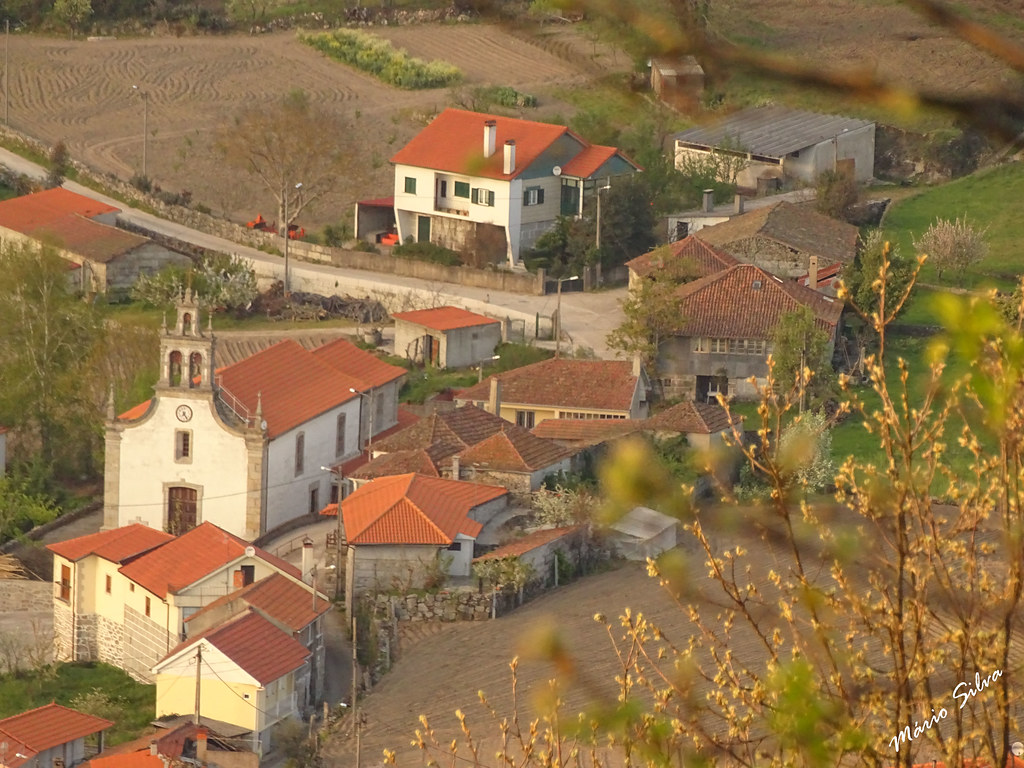 Águas Frias (Chaves) - ... vista parcial da Adeia com destaque  para a igreja matriz ...