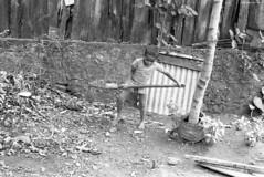 Enfant au travail dans les Rampes du Brûlé (philippeguillot21) Tags: bêche pelle enfant child garçon boy saintdenis reunion france outremer indianocean pixelistes fujica st901