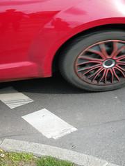Die Straße, das Rot. (Wenig Grün.) / 27.04.2018 (ben.kaden) Tags: berlin friedrichshain warschauerstrase rot weniggrün streetphotography 2018 27042018
