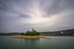 La isla. (Amparo Hervella) Tags: embalsedepareja guadalajara españa spain isla nube naturaleza largaexposición nikon d7000 nikond7000