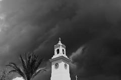 La torre del reloj (angelalonso4) Tags: canon eos 1300d efs1855mm f3556 is ii ƒ45 350 mm 13200 200 black negro bw white blanco blanc arquitectura reloj campanario palmera nubes skay cielo explore nature urban torreon iglesia