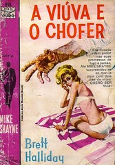 "1962 - A Viúva e o Chofer / Die Like a Dog (1959) - Brett Halliday - cover art by Robert McGinnis??? (""The Brazilian 8 Track Museum"") Tags: alceu massini vintage collection pulp fiction sexy pin up cover noir novel tecnoprint edições de ouro mike shayne blonde"