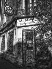 Plantation d'artistes (LUMEN SCRIPT) Tags: monochrome bar cafe signs door window france