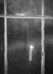Intimité (AlainC3) Tags: bougie chandelle candle fenêtre window noiretblanc blackwhite nb bw nikon d90