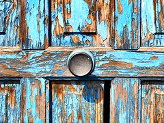 Pórtico (yanitzatorres) Tags: desgastado olvidado descuidado abandonado abandonar envejecer envejecido old viejo pórtico orange naranja brown marrón pomo wood madera portal door puerta blue azul