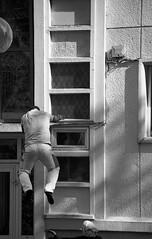 (Jean-Luc Léopoldi) Tags: bw noiretblanc man black noir saut jump façade climb grimper escalade fall tomber