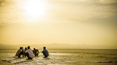 Turno de guardia, Salinas de Dallol, Depresión de Danakil, Ethiopia (día 1) (pepoexpress - A few million thanks!) Tags: nikon nikkor d750 nikond75024120f4 nikond750 24120f4 pepoexpress people africa ethiopia dallol danakil salinasdedanakil sunset sunrise sun goldenhour horadorada salina kalashnikovaak47