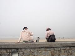 La niebla nos envuelve (no sabemos cómo llamarnos) Tags: street streetphotography urbanphotography urban photoderue fotourbana fotocallejera playa plage playadelazurriola beach amigos amitié amistad relax niebla fog brouillard
