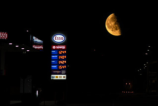 Industrial moon | SONY ⍺7III & Canon EF100~400mm ƒ/4.5~5.6L IS II USM on Metabones T Mark V