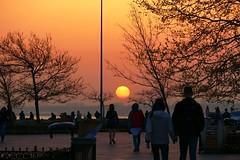 Towards the sun (JB Fotofan) Tags: lumixfz1000 istanbul kadıköy leute poeple menschen sun sonne sonnenuntergang sunset