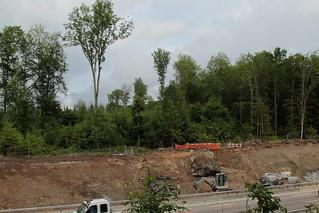 Findling ( Gewicht 373 Tonnen - Aaregranit - Erratiker Geschütztes Steindenkmal Stein ) wird wieder eingegraben bei der Autobahnausfahrt Muri - Gümligen im Berner Mittelland im Kanton Bern der Schweiz