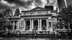 Public Library - New York (Patrik S.) Tags: downtown manhattan 5th ave avenue library public new york usa bücherei bibliothek books bücher schwarzweiss blackandwhite bw drama dramatisch dramatic wolken clouds nass wet rain regen nik collection grain rauschen historic historisch pedestrians fussgänger crossing sky eyecatcher day steet city house arci architecture building noise