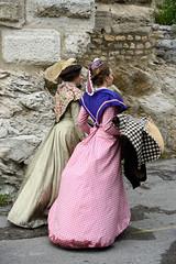 Tout-est-dans-la-façon-de-se-tenir (RS...) Tags: arles arlésiennes costumes rue street d800