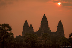 Dawn in Angkor Wat (ItBep5) Tags: angkow war cambodia buddhism religion dawn sunrise sun red orange beautiful day magic moment hindu vishna