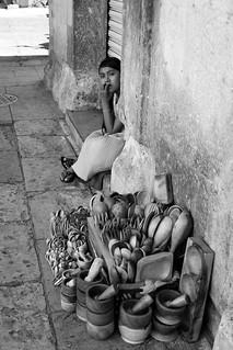 Vendedora de artesanías de madera