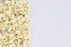 Gesalzene Popcorn vor weißem Hintergrund (marcoverch) Tags: popcorn corn food studio background whitebackground salted noperson keineperson nature natur desktop disjunct disjunkt lebensmittel bright hell delicious köstlich mais nutrition ernährung health gesundheit wallpaper tapete color farbe decoration dekoration art kunst walk blume dof classic oiseau festival railroad canada australia gesalzenepopcorn weiserhintergrund