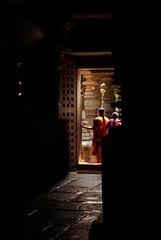 Hoysaleswara temple (angelapace1) Tags: halebidu india karnataka hoysaleswaratemple tempio oscurità accesso saree donna treccia luceeombra