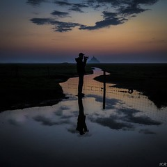 Le chasseur d'images (imagene74) Tags: montstmicheletalentours personnage coucherdesoleil eau sentier photographe nuages nuit groupenuagesetciel france