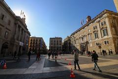 Novembre_0104 (Joanbrebo) Tags: barcelona catalunya españa es plaçadesantjaume barrigòtic arquitectura edificios edificis buildings canoneos80d eosd efs1018mmf4556isstm autofocus streetscenes gente gent people