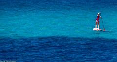 A paladas. Morro Jable, Fuerteventura, abril 2014. (Jazz Sandoval) Tags: 2014 elfumador españa exterior enlacalle equilibrio amarillo azul blanco blue black baño barco boat contraste canarias color curiosidad colour curiosity contraluz cian contrast digital day dìa fotografíadecalle fotodecalle fotografíacallejera fotosdecalle fuerteventura gente human humanfamily white chica islascanarias ilustración jazzsandoval mujer luz light litoral movimiento moving mar marina morrojable negro unica agua people portrait personaje robado rubia streetphotography streetphoto sola sea una ùnica wonderful woman womanexpression water deporte esfuerzo paddling