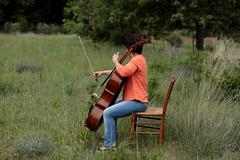 Isabelle et son violoncelle (2) (OMM.photographie) Tags: canon extérieur outside outdoor nature people violoncelle cello musique musicienne 5d eos couleur color canon5d canon5dmarkiv canon5deosmarkiv canoneos5dmarkiv canon5deos canoneos5d 5dcanon
