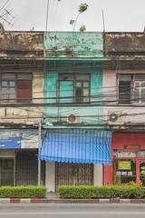 Más viviendas y huecos desalineados. Bangkok. (www.rojoverdeyazul.es) Tags: calles streets ciudad city edificios buildings viejos old oxidados rusty bangkok thailand tailandia autor álvaro bueno casa house arquitectura architecture