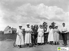 tm_7451 - Nya Torget, Tidaholm (Tidaholms Museum) Tags: svartvit positiv tidaholm bostadshus gruppfoto människor torg
