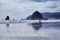 Cannon Beach (erichudson78) Tags: usa oregon cannonbeach océanpacifique pacificocean mer ocean sable sand reflection reflets canoneos6d canonef24105mmf4lisusm silhouette plage beach eau water baie bay ciel sky nuages clouds personne femme woman vague wave océan seascape paysagemarin rocher rock côte coast oregoncoast 7dwf