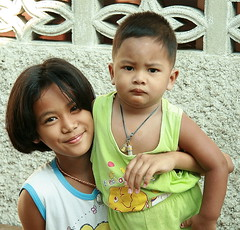 sister and brother (the foreign photographer - ฝรั่งถ่) Tags: pretty sister brother khlong thanon portraits bangkhen bangkok thailand canon