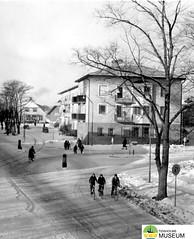 tm_7483 - Centralplatsen, Tidaholm 1955 (Tidaholms Museum) Tags: svartvit positiv tidaholm byggnad exteriör affärsbyggnad 1955 stadsgata
