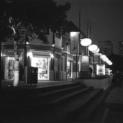 Centro de Pinamar (mavricich) Tags: película pinamar playa monocromo monocromático argentina agfa lomography latinoamérica film foma fomadon street noche calle ciudad