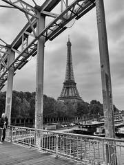 La Tour Eiffel vue depuis la passerelle Debilly (G. HyS) Tags: tour passerelle eau fleuve bateau pont paris toureiffel