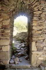 Saint-Rémy de Blot (Puy de Dôme) (Cletus Awreetus) Tags: france puydedôme auvergne strémydeblot architecture pierre châteaufort ouverture moyenâge middleage été ruines