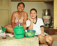two happy ladies (the foreign photographer - ฝรั่งถ่) Tags: two happy ladies women kitchen utensils houseware khlong thanon portraits bangkhen bangkok thailand canon